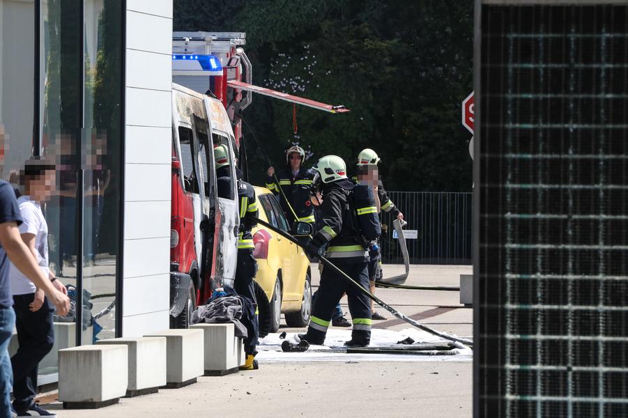 Freiwillige Feuerwehr der Stadt Wels: Kleinbus in Vollbrand